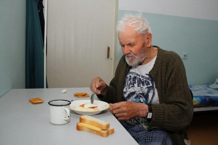 Этот старик умер в доме престарелых. Медсестра нашла его стихотворение, прочитав его ей стало не по себе...