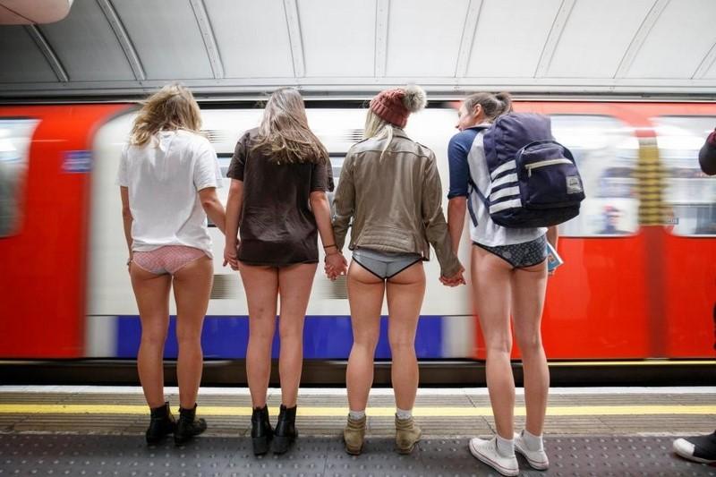 Ни штанов, ни совести. Сотни пассажиров метро разделись в рамках флешмоба