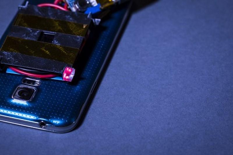 Учёные научились заряжать смартфоны на расстоянии