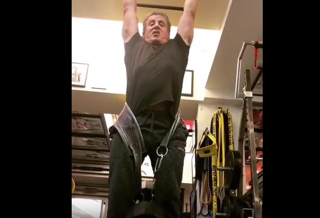 71 летний Сталлоне доказал, что ещё в обойме, подтянувшись с грузом в 45 кг