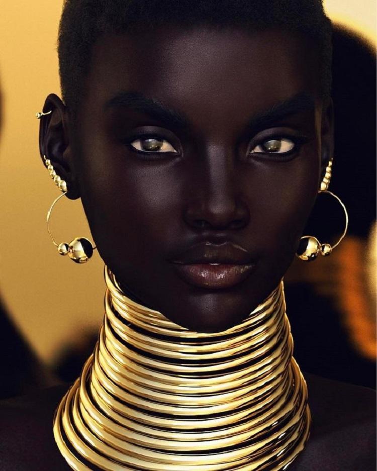 Эта модель с угольно черной кожей сводит с ума. Но она не та, за кого себя выдает!