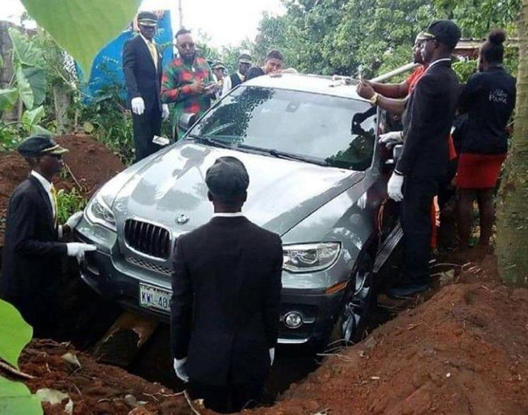 Сын похоронил отца в новом BMW, который он обещал подарить, но так и не успел