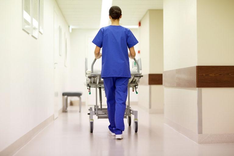 Эксперты сообщили о двукратном сокращении младшего персонала больниц из-за майских указов