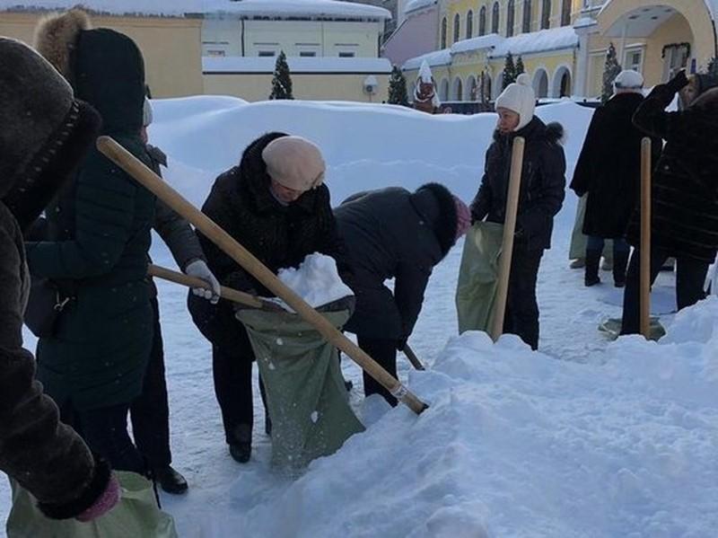 учителей выгнали на мороз собирать снег